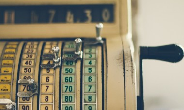 old-vintage-cash-register-machine-picture-id810348088